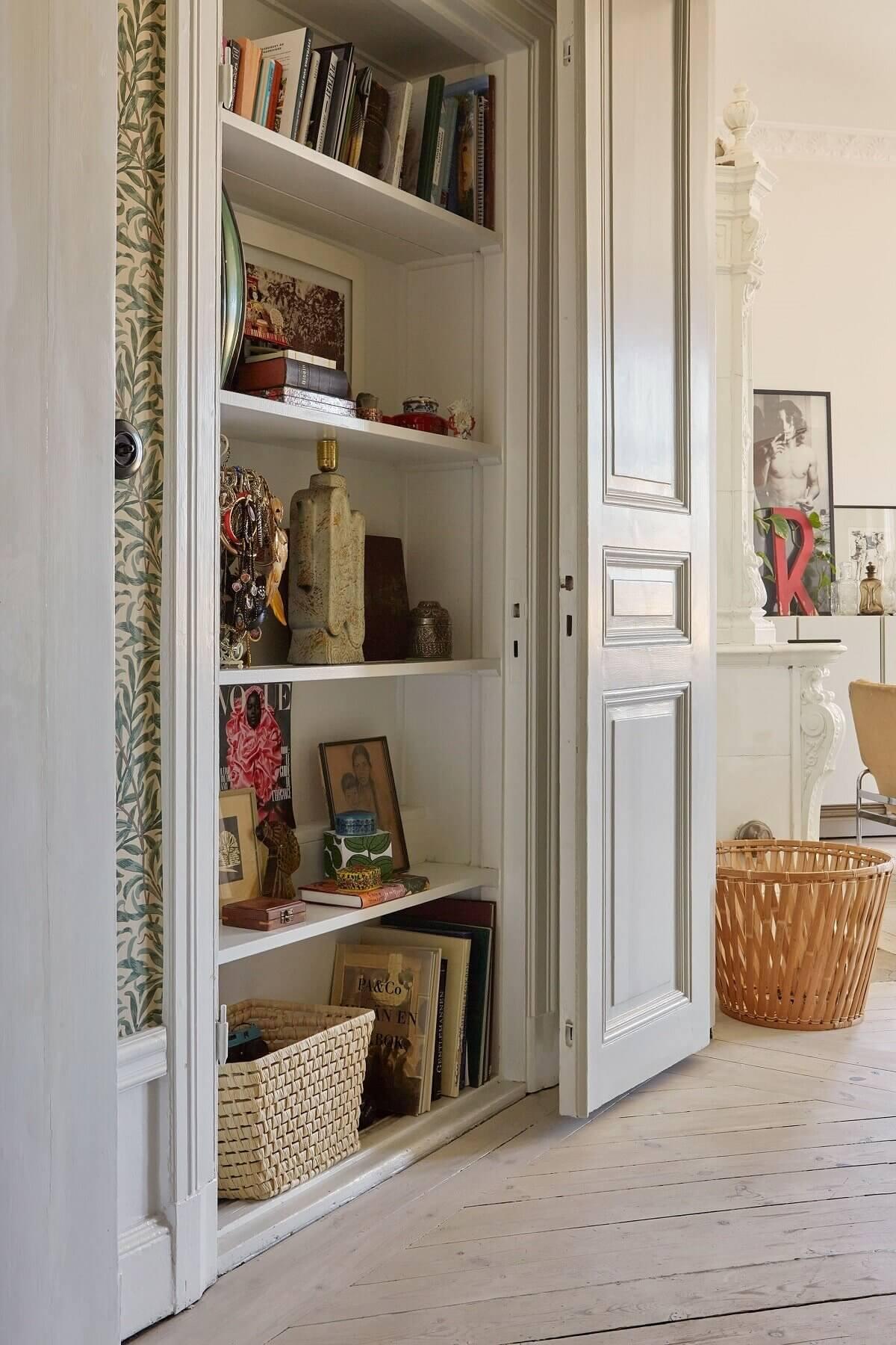scandinavian-apartment-built-in-bookshelves-nordroom